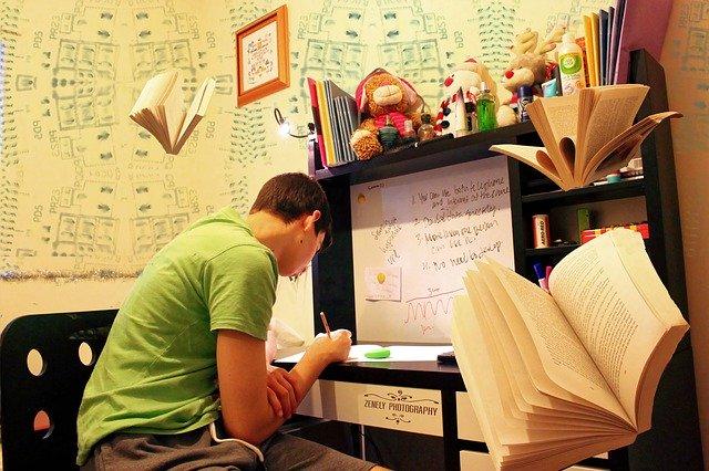 勉強するサラリーマン
